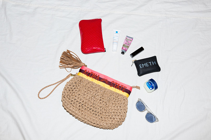 小さめバッグに美アイテムがずらり!難波礼華のバッグを覗き見