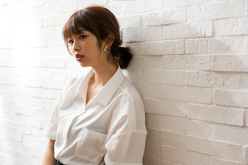 白いシャツに軽くまとめた髪でできる女性風ファッションの北山詩織