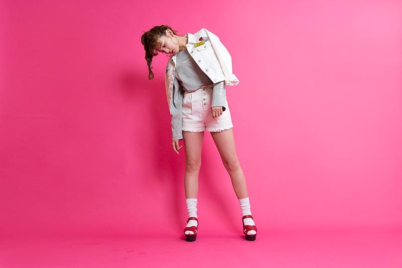 永井麻央が着こなす♡ 春まで活躍間違いなしの袖ロゴTシャツ