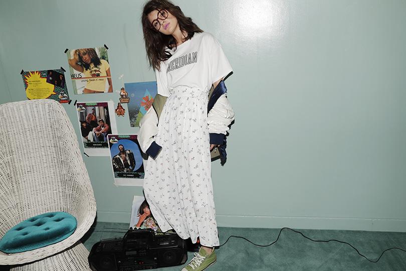 マギーが着る、ロゴT×フレアパンツ