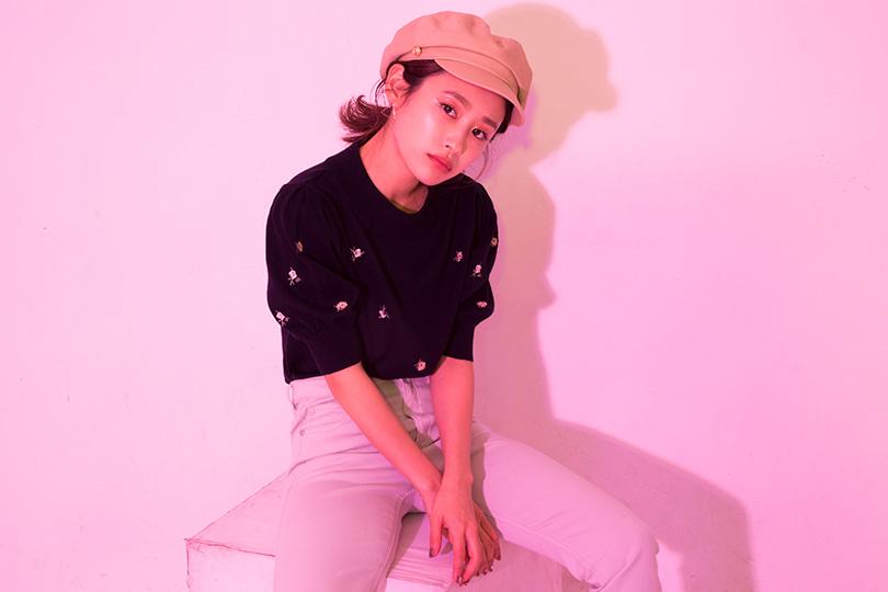 高橋愛と花柄刺繍ニットのカジュアルクラシックスタイル