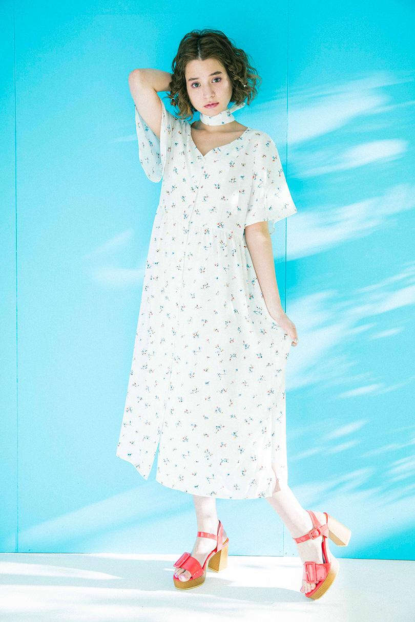 瑛芙ジャスミンが着る、小花柄ロングワンピ