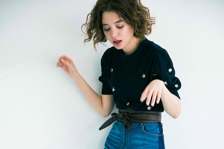 瑛茉ジャスミンが着る、刺繍ニットの大人スタイル