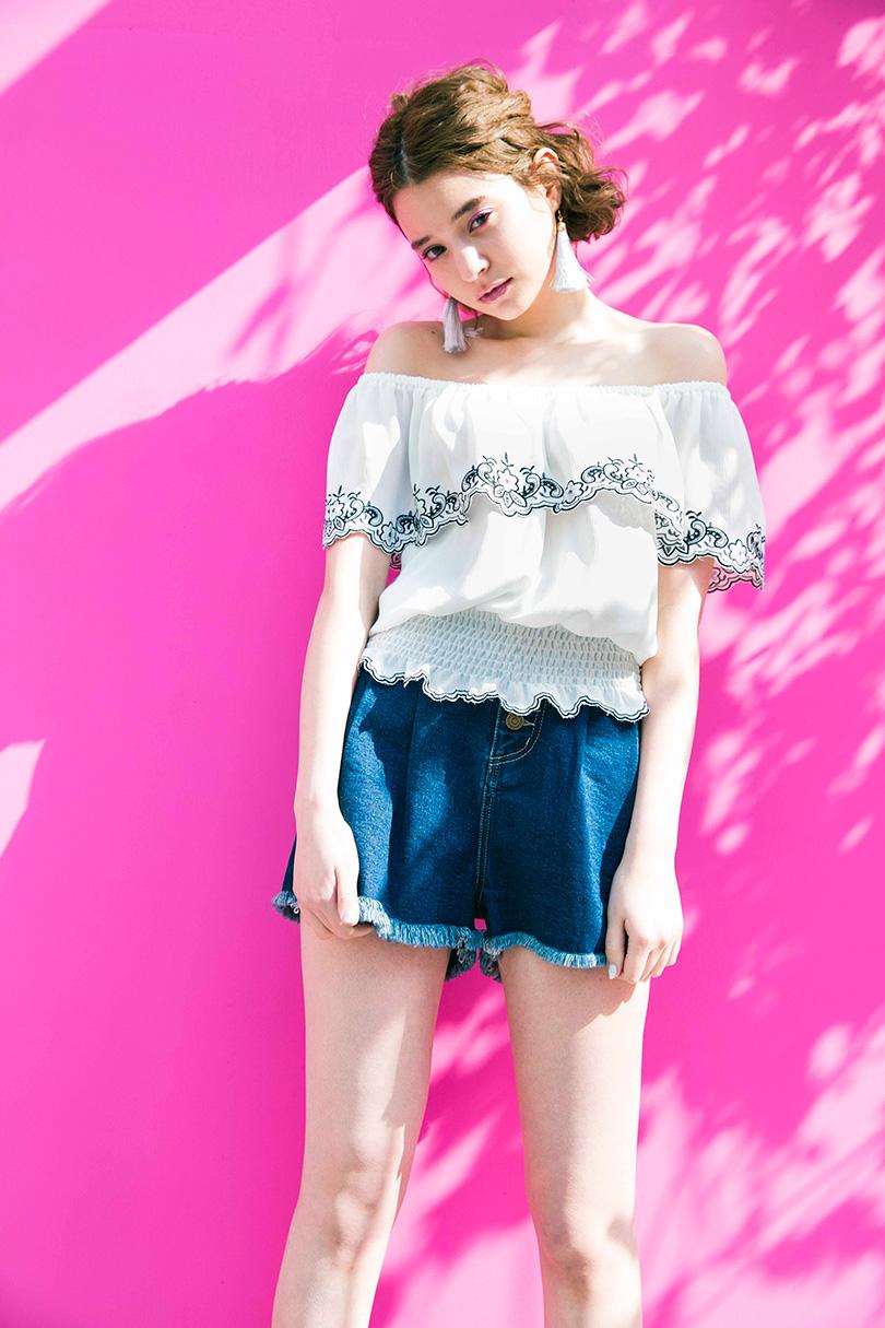 瑛茉ジャスミンが着る、ちょいエスニックなオフショルスタイル