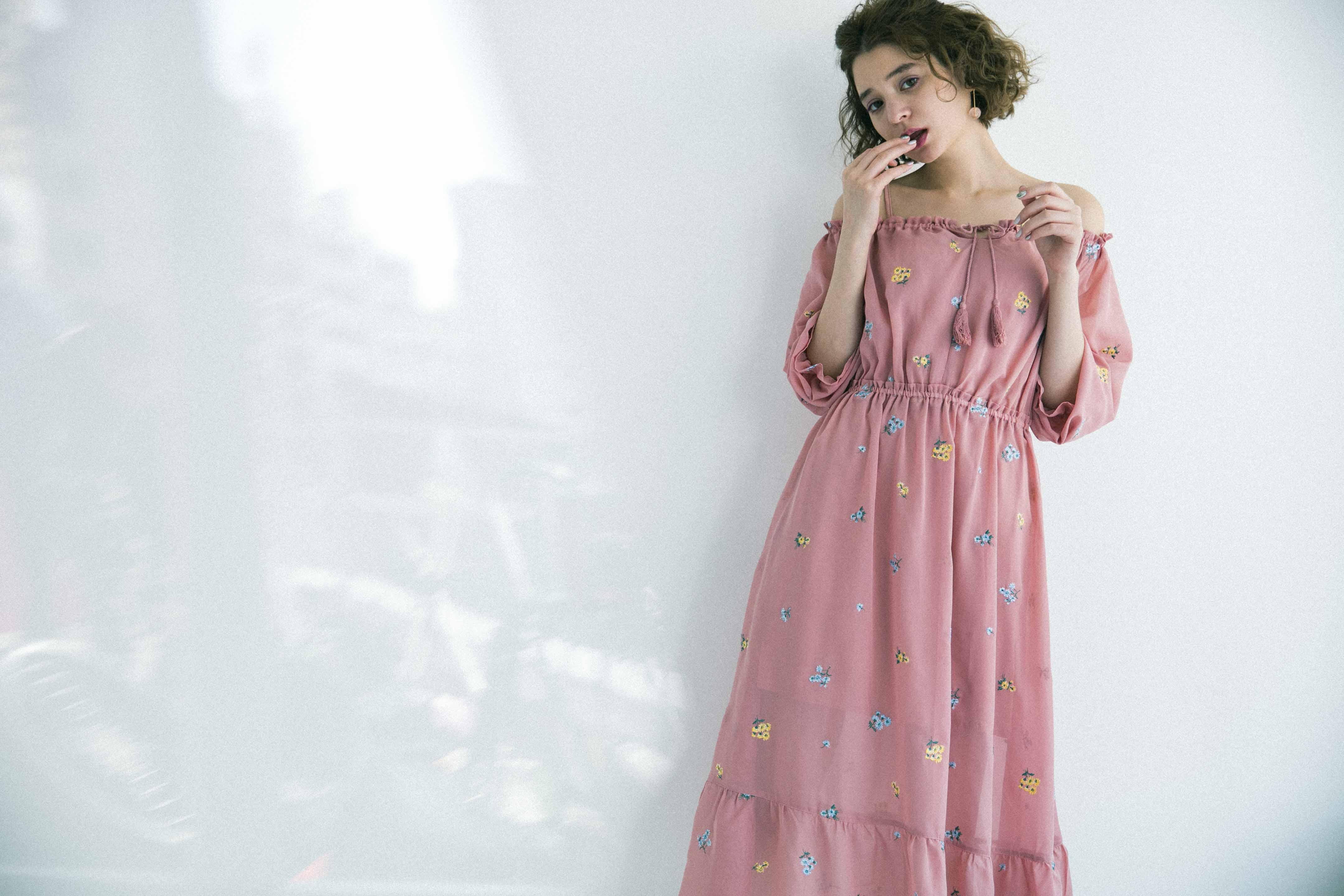 瑛茉ジャスミンが着る、花柄刺繍シフォンワンピ