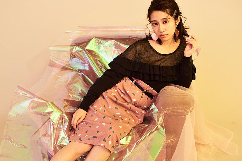 桜井玲香が甘く着こなす新作フリルニット×タイトスカート