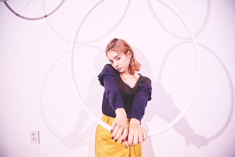 エマジャスミンが着る、黄色スカート