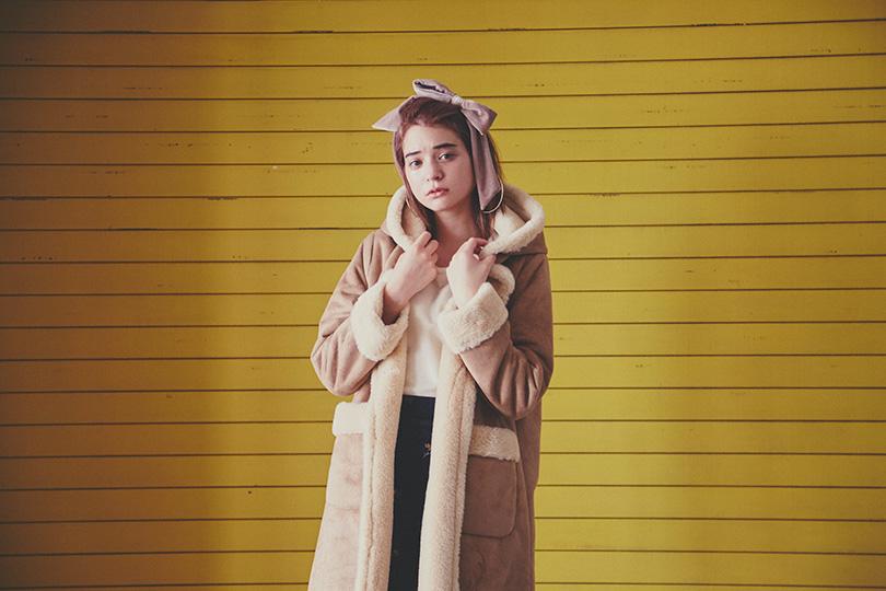 エマジャスミンが着るムートンフードコート