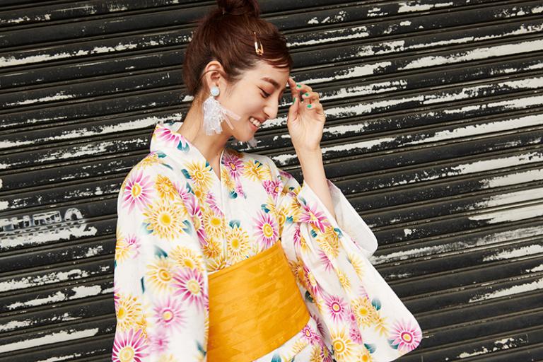 堀田茜が着る、#ヘザーの浴衣